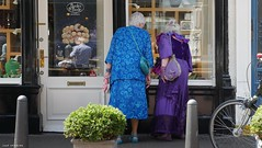 Look at that. (jaap spiering   photographer) Tags: people color colour streetphotography denhaag mens thehague mensen kleur 070 denneweg jaapspiering jaapspieringphotographer jaapspieringfotografie