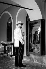 Elgance italienne (Lucille-bs) Tags: bw italy europe noiretblanc galerie nb chapeau italie homme lgance piemont cannobio vesteblanche