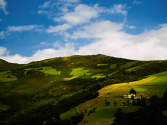 Los verdes praos. (_Zahira_) Tags: blur verde green azul landscape lafotodelasemana asturias paisaje olympus cielo campo prado montaña e500 uro ltytrx5 ltytr1