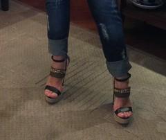 IMG_1325 (Curto_um_pezinho) Tags: sexy feet lesbian high shoes married legs sandals sensual wife pés pernas heel pezinhos sapatos saltoalto cfm