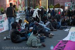 neuer-refugee-hungerstreik-7 (Bjrn Kietzmann) Tags: demo refugee refugees protest demonstration alexanderplatz bcc hausdeslehrers 2014 mahnwache dublin2 hungerstrike flchtlinge verzweiflung abschiebungen hungern ffentlich verzweifelt asyl kietzmann protestieren grunerstrasse bleiberecht anerkennung hungerstreik grunerstrase bjrnkietzmann dublinii grunerstr dauermahnwache flchtlingsprotest flchtlingsproteste rechtaufasyl abschiebestopp