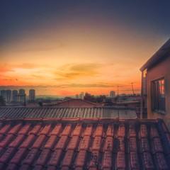 Entardecer em Santo Amaro (rvcroffi) Tags: city roof sunset pordosol cidade sky urban cityscape afternoon sopaulo cu hdr telhado entardecer orangeandblue fimdetarde telha santoamaro cuaberto laranjaeazul mextures