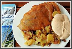 Heute haben wir mal wieder den Fischer Kruse am Schnberger Strand an der Ostsee besucht und leckeren Seelachs in Bierteig mit Bratkartoffeln und Knoblauchsoe gegessen. Mit dem schnen Meerblick hat es uns besonders gut geschmeckt. (Horst Erkrath) Tags: restaurant meer fisch bier ostsee schnberg backfisch biergarten dnen erkrath krabben deich schnbergerstrand bratkartoffeln pln probstei schmankerln fischerkruse horstbostelmann