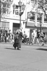 Amsterdam 2016 - Leidseplein - Tourist (PhotompNL) Tags: street blackandwhite bw white black monochrome amsterdam canon blackwhite noir noiretblanc zwartwit outdoor nederland sigma weiss paysbas blanc schwarz niederlande feher straat neherlands fekete שחורולבן אמסטרדם הולנד eos5dmarkii מונוכרום