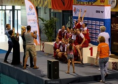 De Dolfijn (Amsterdam) after their (gold) medal ceremony (Ineke Klaassen) Tags: holland dutch happy gold golden team nederland medal ned nederlands nk magicmoment combo synchro synchronizedswimming kampioenen teamsport synchronisedswimming nederlandskampioen knzb synchroonzwemmen nederlandsekampioenschappen freecombination lizafoppen synchroonzwemster nkvrijecombinatie nkcombo fleuramsen