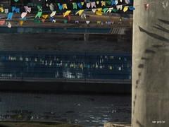 Reflexos juninos (@profjoao) Tags: aulanossa aulanossacom aulanossanet aulanossanetbr bandeirinhas ceujaguare chuva dajanela escola jaguaré jaguare joaocesar paisagem paisagemurbana piscina professorjoaocesargmailcom profjoaonetbr sombra sombras verprobr wwwwprofjoaonetbr