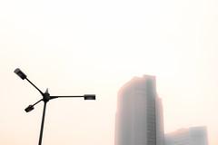 Froid (www.danbouteiller.com) Tags: japon japan japanese japonais city ville urban photo de rue photoderue tokyo shinbashi street streets buildings building sky white cloudless canon canon5d eos 5dmk2 5d 50mm 50mm14 5d2 5dm2