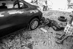 Na estrada, pneu furado (felipe sahd) Tags: brasil pessoas noiretblanc cear carro naestrada ontheroad trabalho nordeste trabalhador automvel 123bw sertodecrates