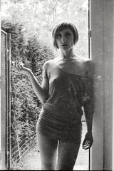 H (http://fotocelluloide.tumblr.com) Tags: portrait bw sexy girl donna fuji olympus bn smoking porta neopan om rodinal ritratto negativo zuiko giardino sigaretta om4 scansione caschetto