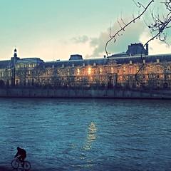 Promenade d'hiver (Giulia_) Tags: paris seine soleil eau louvre coucher rivire reflet ciel promenade soir quai jan14 fleuve