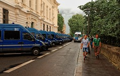 Paris / The Irish fans / Police vans /  Quai des Orfvres (Pantchoa) Tags: paris france photoderue supportersirlandais coupedeuropedefootball police voitures quai des orfvresruearbrespalais de justice irlandais 24mmf18ged nikon d7100 pantchoa franoisdenodrest