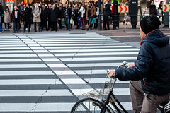 en embuscade (www.danbouteiller.com) Tags: japon japan japanese japonais tokyo ikebukuro city ville urban photoderue photo de rue street streetscene streetlife streets streetshot people bike velo crosswalk road route canon canon5d eos 5dmk2 5d 50mm 50mm14 5d2 5dm2