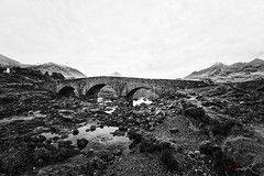Sligachan Bridge (Jan mrik) Tags: old bridge bw white mist mountain black canon landscape eos rocks nebel berge brcke landschaft weiss schwarz schottland gebirge 6d 2016 schwar cmrk felsn cmarik