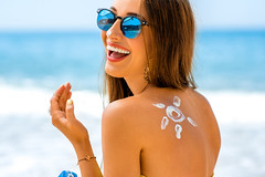 7-2-2016 1 (Hairy Potter 10) Tags: tanning skincare body girl vacation sunbath closeup smile positive bottle blue sunglasses drawing sunshape