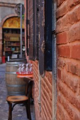 Montauban (ludovic.la88) Tags: table brique ville chaise bois montauban verre ancien urbain volet