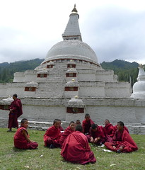 Jeunes moines au Chendebji chorten (Mhln) Tags: bhutan himalaya bhoutan bouddhisme 2013