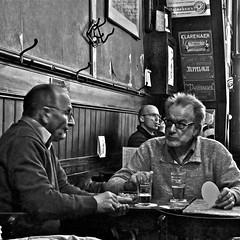 De Engelse Reet... (Akbar Simonse) Tags: people bw holland blancoynegro beer monochrome amsterdam bar heineken cafe pub zwartwit candid streetphotography inside bier jenever straatfotografie pubtalk deengelsereet akbarsimonse pilsnerclub huppelolie klarenaer taainagel