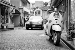 Scooter in old Mino (Eric Flexyourhead) Tags: street city urban bw japan japanese blackwhite taxi scooter 大阪 yamaha 日本 osaka kansai mino minoh minoo 関西地方 箕面市 minoshi panaleica25mmf14 leicadgsummilux25mmf14asph olympusem5