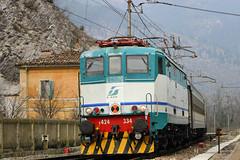 Entra in deviata la E424.334 (Ernesto Imperato) Tags: italien italy italia zug bahn marche ernesto fabriano ancona regionale genga regiobahn e424 e424334