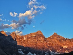 Sunrise was a Moonset (Banff National Park, Canada. Gustavo Thomas © 2013) (Gustavo Thomas) Tags: voyage travel viaje blue sky sunlight moon canada mountains azul lune sunrise landscape rockies paisaje luna amanecer ciel cielo alberta northamerica rockymountains peaks paysage moonset montañas morainelake canadianrockies travelog azurro pesaggio montañasrocosas puestadeluna morainelakesunrise