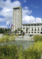 Le Havre, hôtel de ville (Ytierny) Tags: france fleur vertical architecture construction jardin moderne normandie administration fontaine parc bâtiment mairie perret drapeau hôteldeville bassin edifice béton seinemaritime paysdecaux hautenormandie havrais havrele ytierny