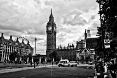 londra mon amour XCVIII - noon (Bernardo Marchetti) Tags: street people white black london tower clock westminster clouds big ben cloudy palace noon midday londra twelve oclock elizabethtower