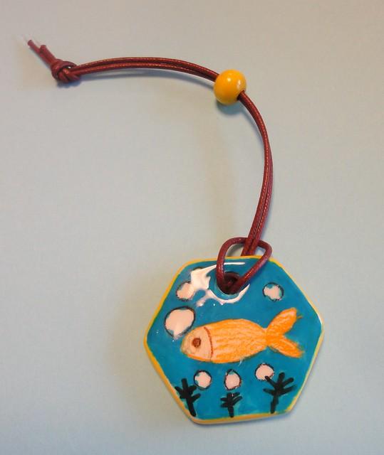 こちらは金魚を飼っているおばあちゃんへのカバン飾り。|おかざき世界子ども美術博物館