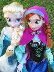 Elsa & Anna (Eywaa) Tags: anna frozen disney elsa disneystore classicdoll vision:outdoor=0678
