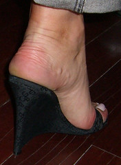 Bea10 (J.Saenz) Tags: woman feet foot mujer shoes toe sandals nail tacos lewis polish zapatos jeans thongs pies clogs heels denim pedicure pantalones tacones bluejeans slides pieds mules pintada slippers dedo scarpe sandalias schuh toenail vaqueros wedges shoefetish tejanos zuecos esmalte cua ua tacchi fetichismo shoeplay trausers podolatras