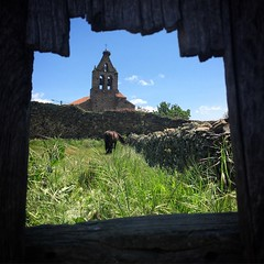 Door Hole. #nature #countryside #town #horse #horses #animal #animals #door #church #field #leonesp #maragateria #astorga (ramosquis) Tags: door horses horse church nature field animal animals countryside town astorga maragateria leonesp