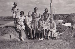 Relatives Sweden 30s (annkarlstedt) Tags: old family white black 30 kids barn vintage children photo 1930s kid foto child sweden swedish sverige 30s tal familj svensk 1930 stergtland gammalt svartvitt brokind trettiotal