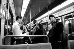 Paris, Musiciens dans un wagon de métro (Réal Filion) Tags: musician paris france underground subway métro musical musique musicien musiciens