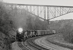 Penn Central eastbound freight on the railroad's mainline through Pittsburgh, Pennsylvania, and under the Bloomfield Bridge, 1974 (Ivan S. Abrams) Tags: blackandwhite newcastle pittsburgh butler bo ge prr ble conrail alco milw emd ple 2102 chessiesystem westmorelandcounty 4070 bessemerandlakeerie steamtours pittsburghandlakeerie ivansabrams eidenau steamlocomtives ustrainsfromthe1960sand1970s