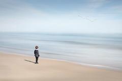 El nio que miraba el mar (Rafa Mengual) Tags: naturaleza mar playa paisaje abstracto nio barrido vision:beach=0819 vision:outdoor=099 vision:sky=0963 vision:ocean=0894 vision:clouds=0508