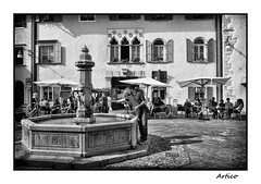 Thirsty (Artico7) Tags: windows people bw italy sun water monochrome square relax happy blackwhite fuji sunny medieval historical townhall piazza medievale thirsty biancoenero friuli municipio finestre udine venzone veneziano xe1
