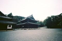 butsuden (troutfactory) Tags: film japan temple kyoto wideangle   analogue kansai  15mmheliar voigtlanderbessal   butsuden ektar100 sennyji