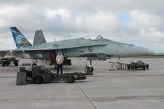 Devant le CF-18 démo de 2008! (P-O Veilleux) Tags: airshow cf18 spectacle norad bagotville saib spectacleaérien ybg cybg cf18demo saib13 saibagotville 400evilledequébec