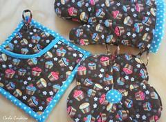 ✿  azul & cupcake (Carla Cordeiro) Tags: handmade cupcake fuxico kit patchwork cozinha ♥ potholder acolchoado luvadecozinha pegadordepanela janelasdecatedral bakingglove
