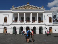 "Quito: el Plaza del Teatro Nacional. Qu'ils sont beaux les cocos en avant-plan ! <a style=""margin-left:10px; font-size:0.8em;"" href=""http://www.flickr.com/photos/127723101@N04/26834704893/"" target=""_blank"">@flickr</a>"