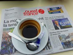 Pause caf avec Ouest-France (Portocan) Tags: honfleur paysdauge calvados pommiers basilique colombages lisieux pontlvque pontdenormandie