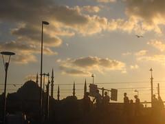 Eminn (El Alcalde de l'Antartida) Tags: city sunset people urban sun skyline turkey evening downtown tramonto cityscape horizon crowd istanbul mosque turkish minarets sera moschea goldenhorn turchia galatabridge eminn eminonu yenicami galatakprs minareti