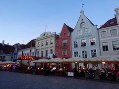 Restaurantjes aan het grote plein in Tallinn