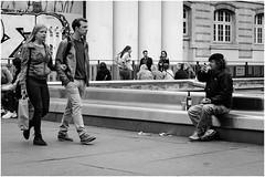 Djeuner en villle (Nathalie Delmelle) Tags: street blackandwhite paris france noiretblanc streetphotography djeuner