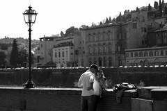 Les amoureux (yrotori2) Tags: street italy strada italia photos bn firenze streetphoto arno rue rues italie ville lampione citt streetphotos amoureux lungarno fiances innamorati instrada