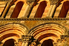 Torre de San Esteban (Segovia) (alfonsocarlospalencia) Tags: detalle luz atardecer san torre arte monumento iglesia segovia texturas esteban belleza arcos contrapicado piedra columnas ciervos tonos profundidad capiteles ptina oquedad