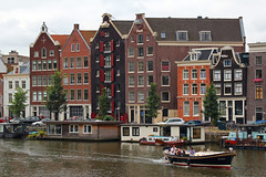 Kromme Waal / Amsterdam (rob4xs) Tags: amsterdam gracht grachten sloep pakuis warehouse canal canals krommewaal nolimit woonboot houseboat mokum nederland thenetherlands netherlands holland hoofdstad capital
