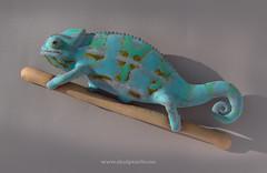 Kameleon 6 0613 crawler (Skulpturliv) Tags: blue light sculpture art animal ceramic lys chameleon stoneware blå kameleon kameleont chamäleons cameleonte steingods skulpturliv dyreskulpturer