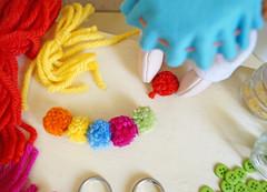 Emende um pompom no outro dando um nozinho! (Ateliê Bonifrati) Tags: birthday carnival party cute colors diy craft carnaval festa aniversário template tutorial pap molde pompom passoapasso bonifrati