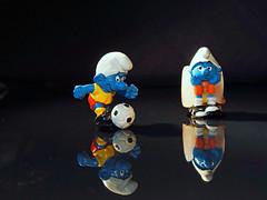 Auf der Fuball Ersatzbank eingefroren (ingrid eulenfan) Tags: football fussball soccer icecubes smurf schlumpf erfroren eiswrfel ersatzbank fusballspieler