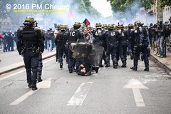 Manifestation nationale à Paris contre la Loi travail - 14.06.2016 - Paris - IMG_4542 (PM Cheung) Tags: paris demo frankreich police demonstration polizei proteste manif manifestation bac sncf crs arbeitsmarktreform cgt 2016 csgas wasserwerfer labac krawalle tränengas ausschreitungen françoishollande auseinandersetzungen polizeipräfektur blockaden confédérationgénéraledutravail 14juin compagniesrépublicainesdesécurité pmcheung euro2016 gewerkschaftsprotest parisdebout blockupy facebookcompmcheungphotography esplanadeinvalides myriamelkhomri mengcheungpo loitravail nuitdebout mobilisationénorme manifestationnationaleàpariscontrelaloitravail lesboches soulevetoi manifestationnationaleàparis 14062016 landesweitegrosdemonstrationgegendiearbeitsmarktreform loitravail14062016 antagonistischenblock démosphère